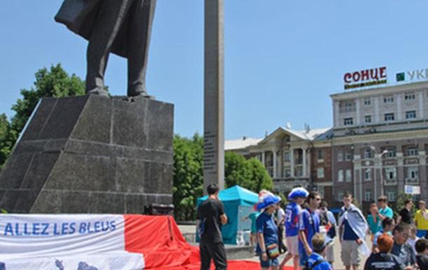 Французы в Донецке покорили памятник Ленину