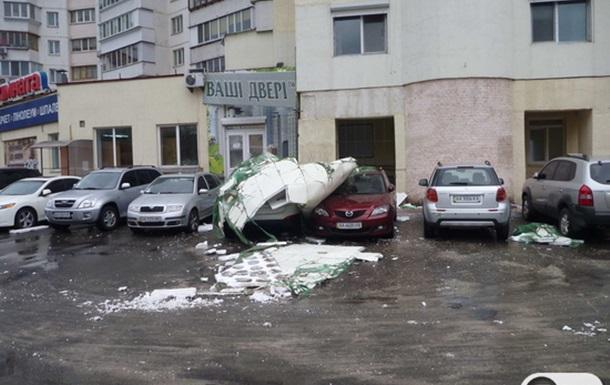 В Киеве с дома на улице Тимошенко упал фрагмент утепления фасада