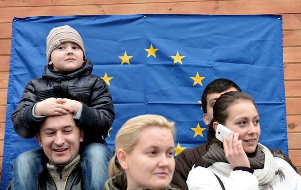 Поддерживающие евроинтеграцию оградили свой палаточный городок металлическим забором