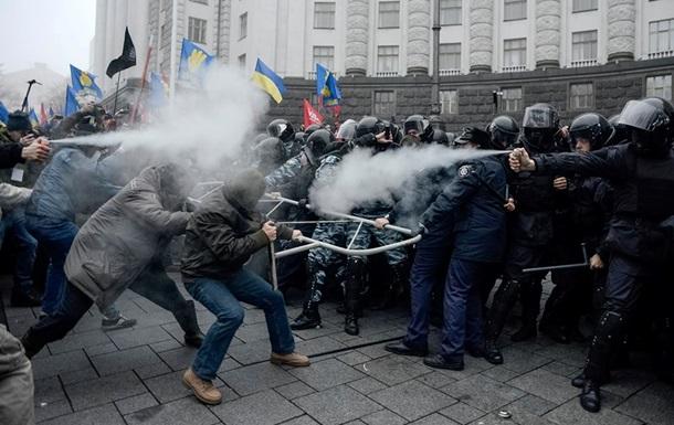 У Кабмина начались столкновения митингующих с правоохранителями, применен слезоточивый газ