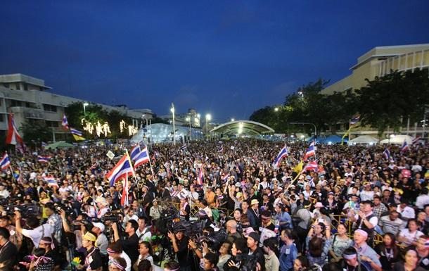 В Таиланде более 400 тысяч человек вышли на марш оппозиции, требуя  мирного свержения  правительства