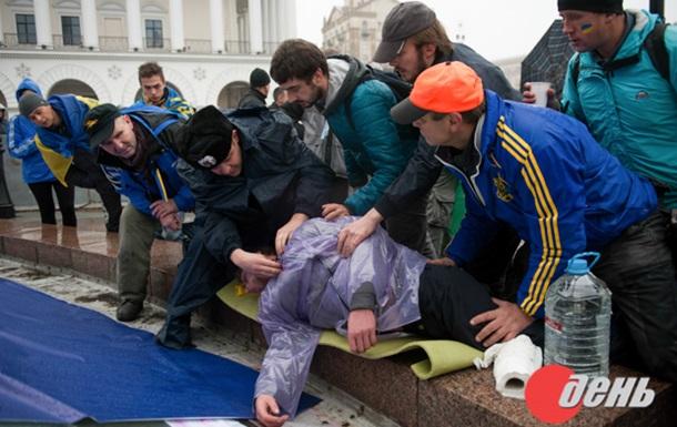 Милиционер помог участнику Евромайдана, которому стало плохо