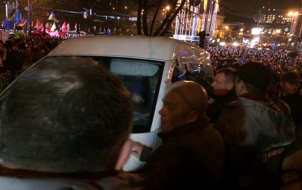 Митингующие напали на машину с Беркутом, в ответ милиция применила слезоточивый газ