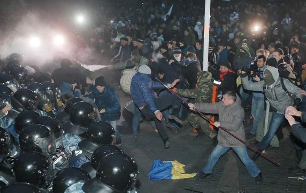 Протестующие в масках и с железом в руках теснят Беркут с Европейской площади