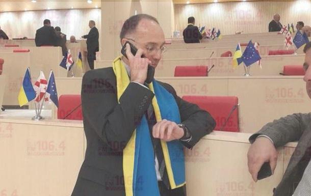 Грузия - Евромайдан - парламент - флаги - поддержка - Грузинские парламентарии пришли на заседание с флагами Украины