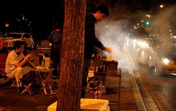 Власти Китая борются со смогом, запрещая барбекю