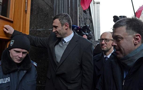 От ворот поворот. Фоторепортаж о том, как Тягнибок, Яценюк и Кличко пытались попасть в Кабмин