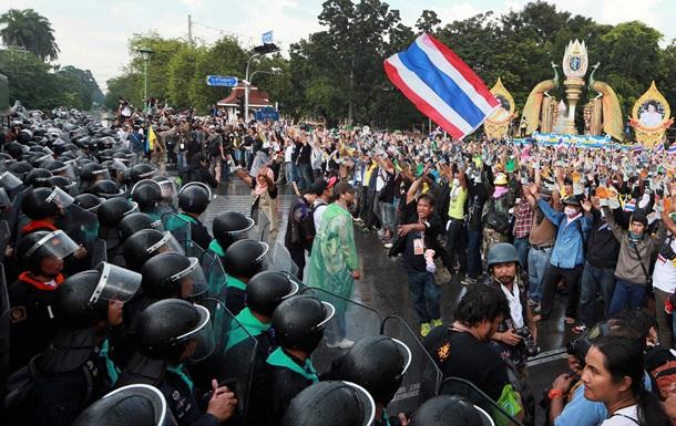 Тысячи демонстрантов в Таиланде захватили ряд правительственных зданий