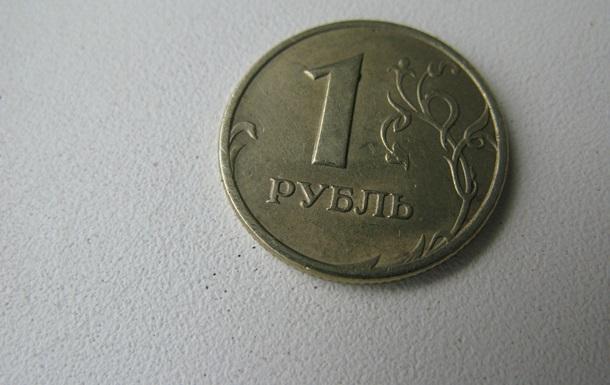 Рубль обновил многолетние минимумы к евро и корзине