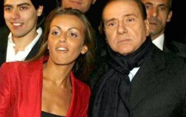 Подружка Берлускони попросила Папу Римского о помощи