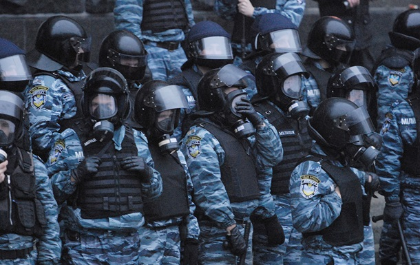 На Майдан подходит Беркут, неизвестные бросают дымовые шашки