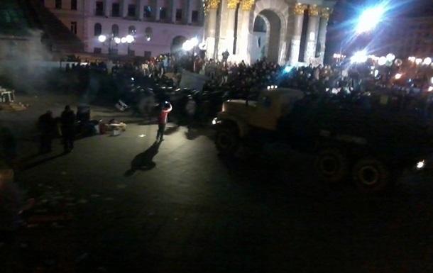 На Майдане активисты блокируют фургон, в котором находятся задержанные митингующие