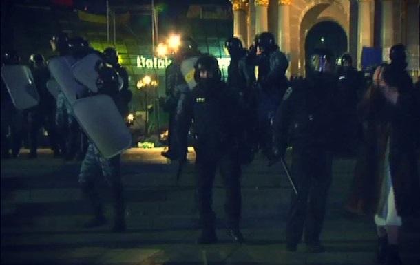 На Майдане Незалежности участники Евромайдана отбили у Беркута троих задержанных соратников