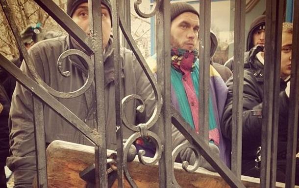 Митингующие с Евромайдана забаррикадировались во дворе Михайловского собора