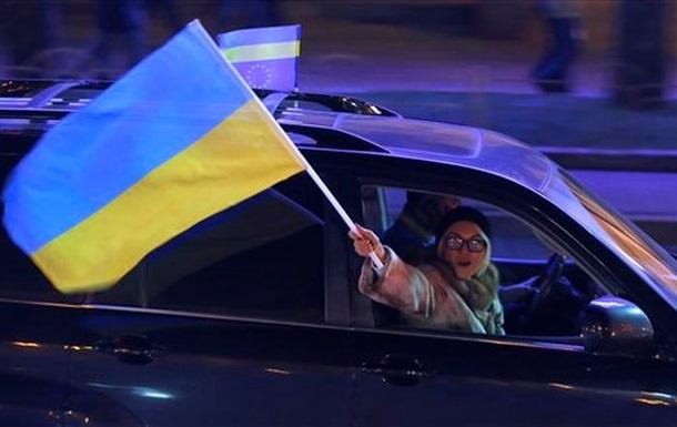 Протесты в Киеве: На Михайловской площади митингуют, а на Майдане устанавливают елку