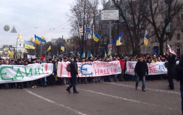 На Майдане митингующие снесли металлические щиты и начали разбирать елку