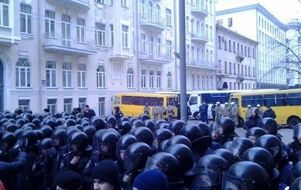 Беркут оттеснил штурмующих Администрацию президента до улицы Институтской