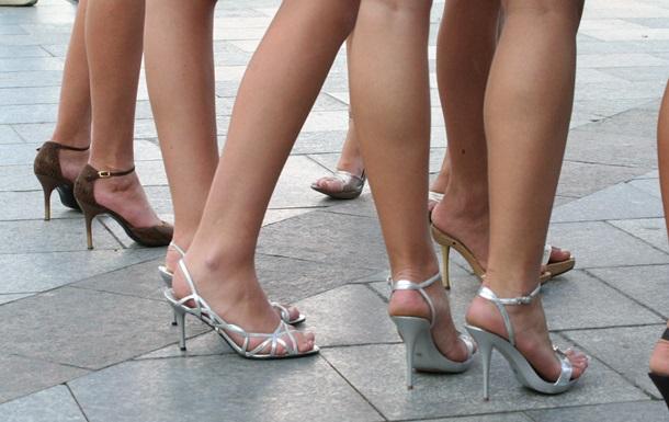 Американка обучает женщин ходить на каблуках при помощи йоги