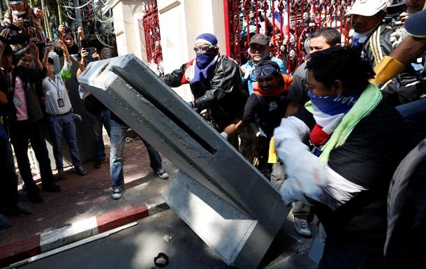 В столице Таиланда демонстранты осаждают главное управление полиции