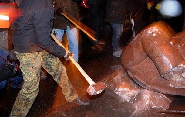 Уничтожение памятника Ленину в Киеве: милиция начала расследование по статье  массовые беспорядки