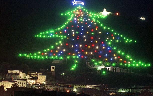 В Италии зажгли самую большую и необычную елку в мире