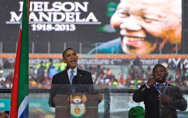 Переводчик с панихиды Манделы, возмутивший южноафриканцев, сослался на  голоса  в голове