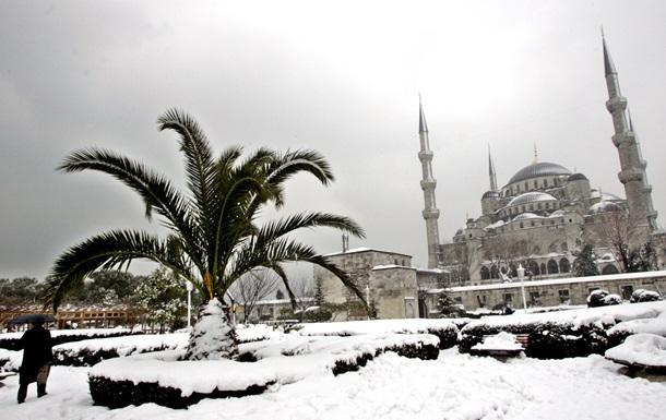 В Турции из-за сильного снегопада отменили около 100 авиарейсов
