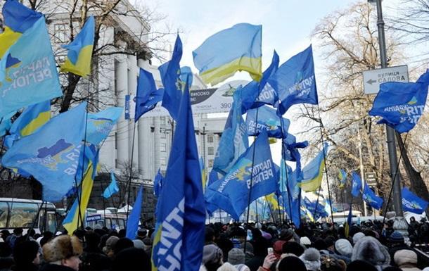 Сторонники Партии регионов стягиваются к месту проведения митинга у Верховной Рады