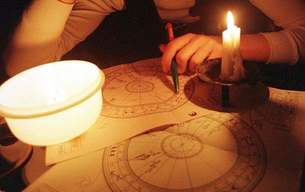 Ученые объяснили, чем вредит чтение гороскопов