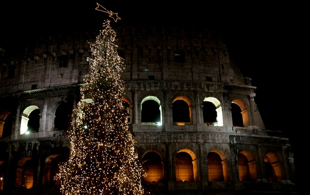 В Риме установили новогоднюю елку, гирлянды которой зажигаются с помощью велосипеда