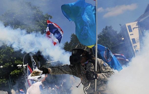 В Бангкоке против демонстрантов полиция применила слезоточивый газ