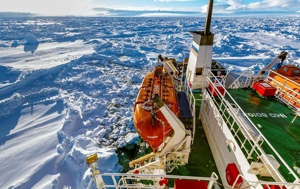 Все пассажиры эвакуированы с застрявшего во льдах судна Академик Шокальский