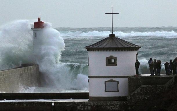 На Западную Европу обрушился циклон: идет эвакуация жителей