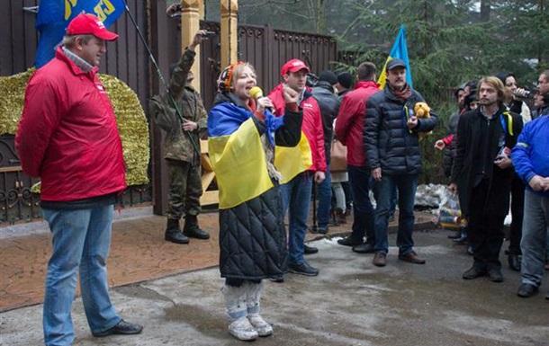 Автомайдан пикетировал дачу Медведчука в Закарпатье