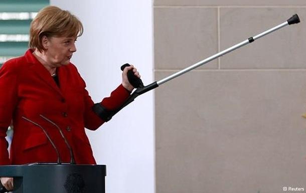 Меркель пришла на костылях на встречу с колядующими детьми