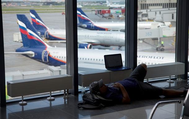 Во всех российских аэропортах запретили проносить жидкости на борт самолета