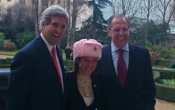 Россияне подарили представителю Госдепа США розовую шапку-ушанку