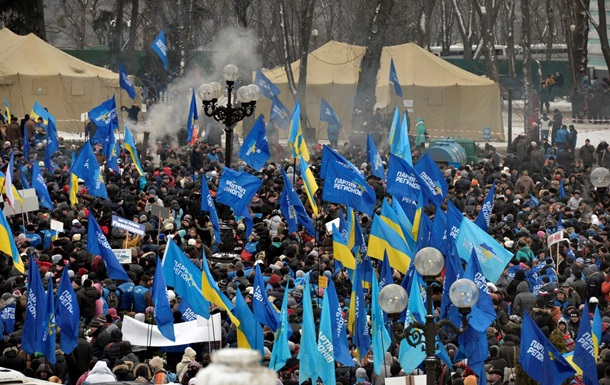 Несколько тысяч стороников Партии регионов собрались под стенами Рады