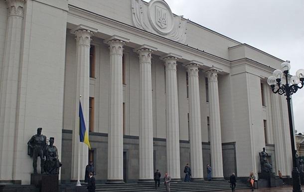 Оппозиция в четверг утром заблокировала трибуну Верховной Рады
