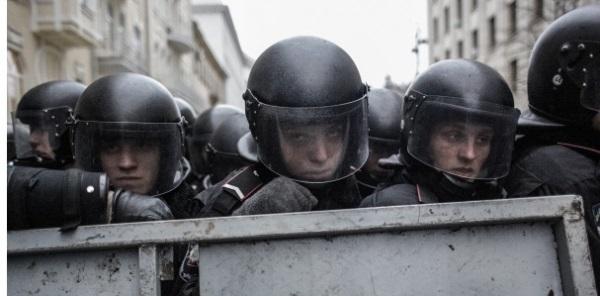 Силовики с водомётами окружили Майдан. На площадь подогнали машины скорой помощи