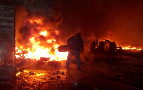 Правоохранители попытались разобрать баррикады у стадиона Динамо, но были оттеснены назад