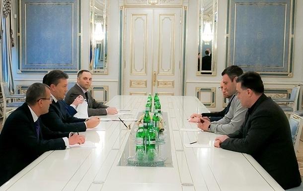 В Администрации президента проходит встреча с лидерами оппозиции