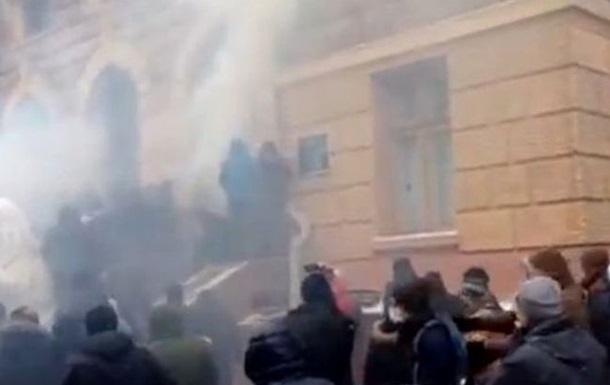 В Черновцах штурмуют здание обладминистрации: звучат взрывы
