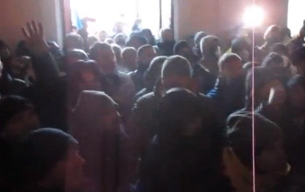 Протестующие проникли в здание Хмельницкой обладминистрации