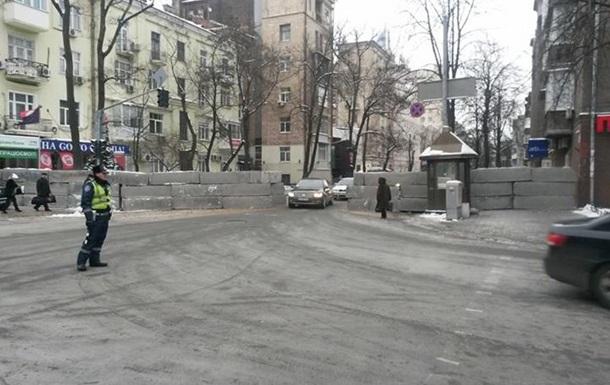 На улице Институтской ночью поставили бетонные ограждения