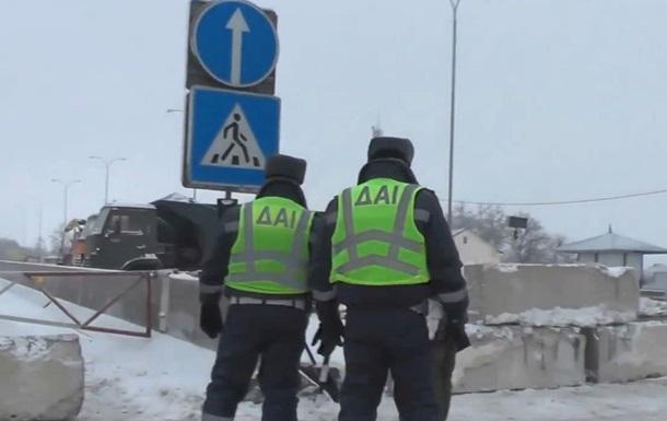 В Одессе из-за снегопадов киевскую трассу перекрыли бетонными блоками