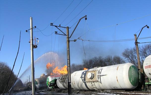 Более полусотни единиц техники тушат горящие цистерны с пропан-бутаном в Донецкой области