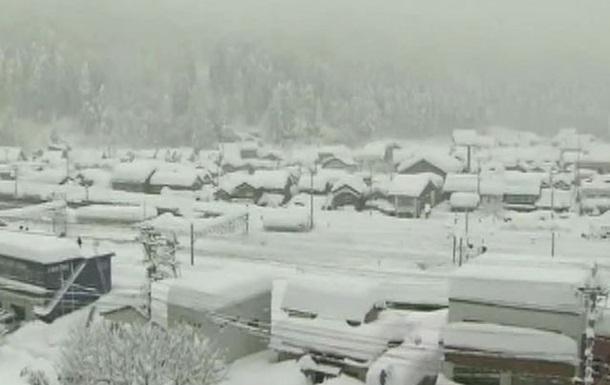 Из-за мощных снегопадов в Японии два человека погибло, более 300 ранены