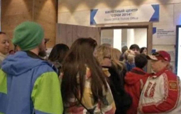 В Сочи болельщики часами стоят за билетами, трибуны остаются полупустыми