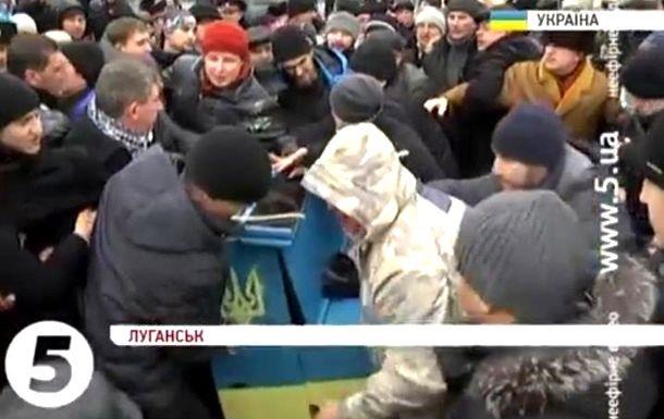 На Евромайдане в Луганске произошла потасовка из-за уличного фортепиано